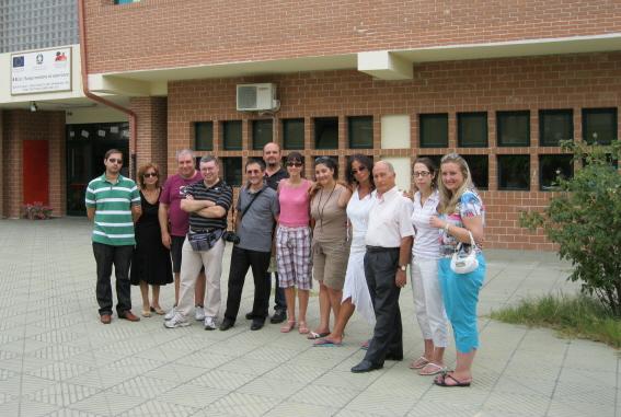 web-10-agosto-corigliano-con-famiglia-amerise-davanti-a-scuola-marilena-amerise